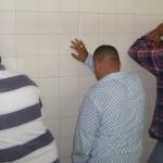 Estos tres jóvenes, que ocultaron el rostro, fueron detenidos con propaganda política en contra del PRI y los hermanos Moreira.