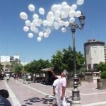 Un grupo de ciudadanos soltaron en la Plaza de Armas 49 globos blancos en memoria de igual número de niños que murieron en la Guardería ABC de Hermosillo, Sonora. (Foto Enrique Proa Villarreal).