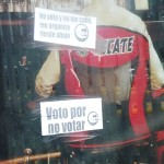 """Por distintos rumbos de la cuidad aparecieron calcomanías invitando a la ciudadnaia a no votar"""". (Foto Enrique Proa Villarreal)."""