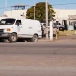 Momentos en que el vehículo Servicios Periciales pasó la aduana del CERESO para trasladar los cuerpos de los internos al SEMEFO local para las diligencias de rigor. (Foto: www.elsampetrino.com)