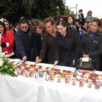 Se parte la tradicional rosca de reyes en la plaza principal de Matamoros. (Foto: www.elmatamorense.com)