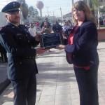 La Profesora Graciela Fernández de Onofre fue la encargada de entregar un reconocimiento al C. Mayor de Infantería Jorge Rosab Aguilar donde se destaca el trabajo que realiza dia con dia por salvaguardar nuestro País.