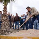 El alcalde Raúl Onofre realiza la primera plantación de una palma.