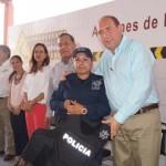 En representación de sus compañeros una mujer policía recibió de manos del Gobernador y Alcalde parte del nuevo equipamiento. (Foto: El Matamorense Digital)
