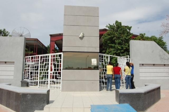 Jóvenes estudiantes del CBTis 196 se inconformaron porque desde el pasado lunes no se les otorgo el acceso al no portar el uniforme correspondiente.