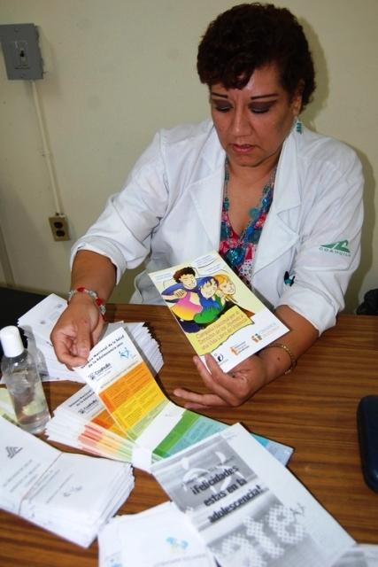 La doctora Leticia Hernández Turrubiate responsable del módulo del adolescente, en la Semana Nacional de Salud del Adolescente.
