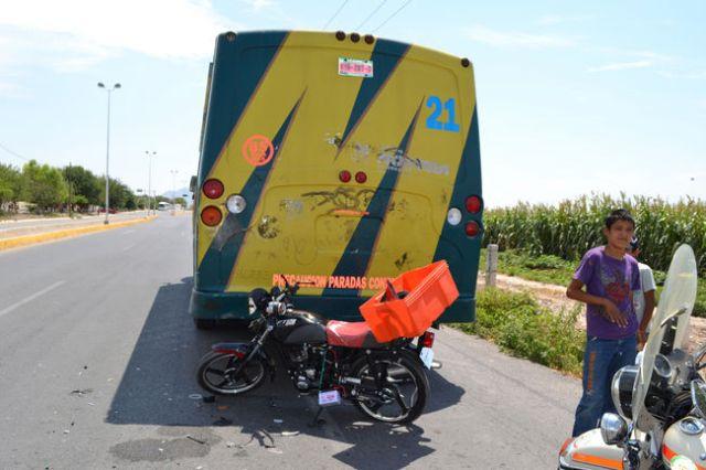 El joven motociclista resultó con fractura de pierna derecha al chocar con autobús.