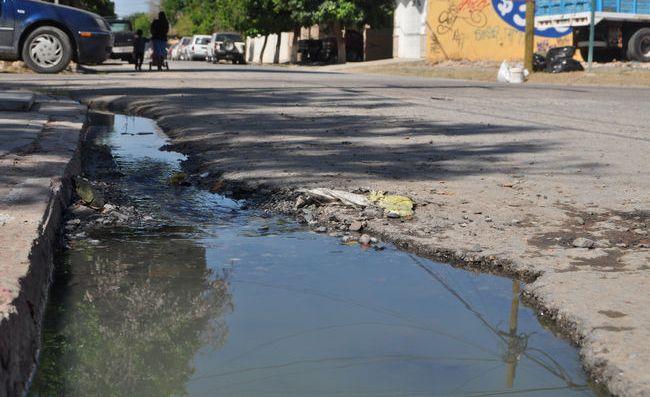 A un lado de un hospital brotan aguas negras. Derechohabientes del ISSSTE y vecinos del sector se quejan a diario.