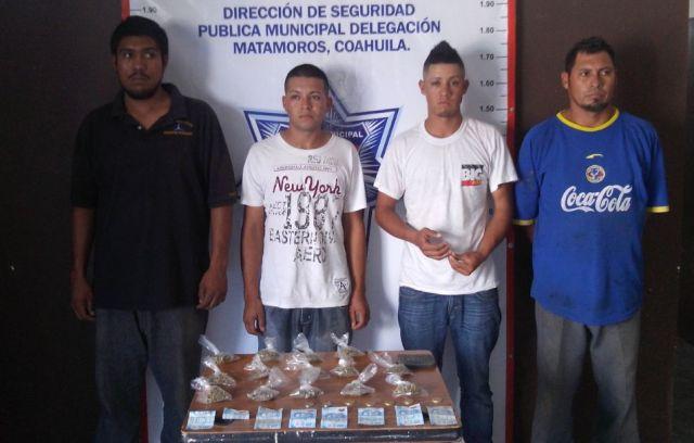 Cuatro sujetos fueron detenidos por la Policía Municipal, tres de ellos portaban droga el otro fue presentado como cómplice.