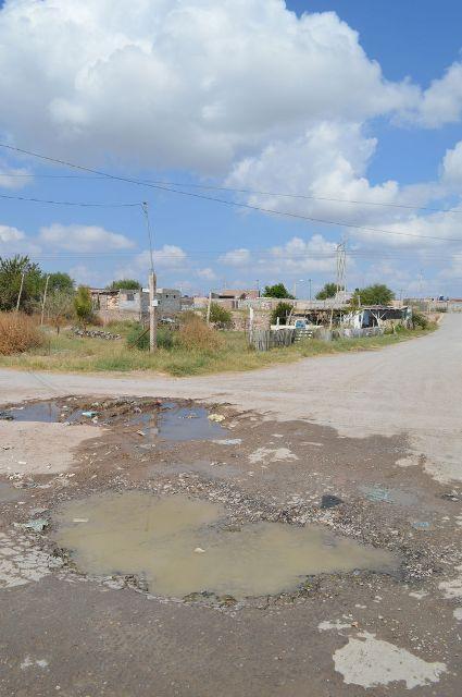 Alrededor del punto donde brotan las aguas negras habitan unas veinte familias.