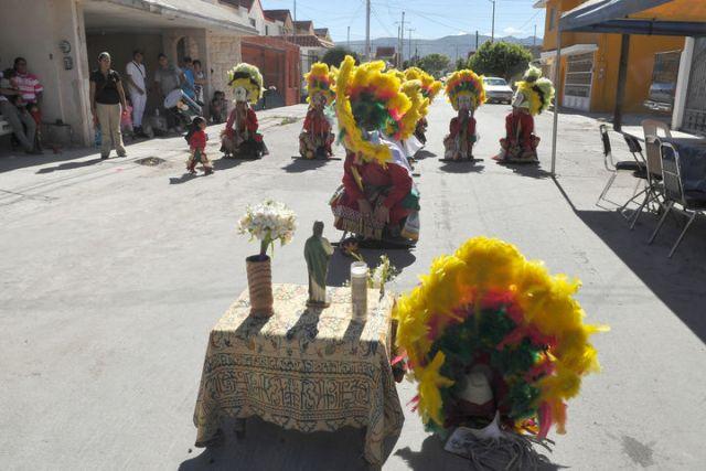 Un grupo de danzantes baila al son del tambor frente al altar de San Judas Tadeo.