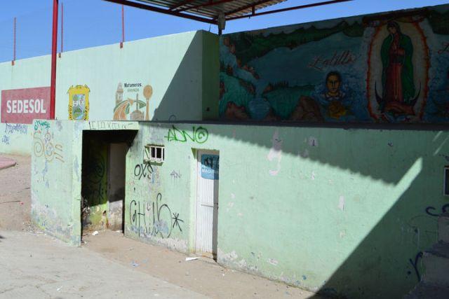 La plaza se ubica sobre el pabellón sur, a unos pocos metros de la presidencia municipal y de las instalaciones del DIF Matamoros.