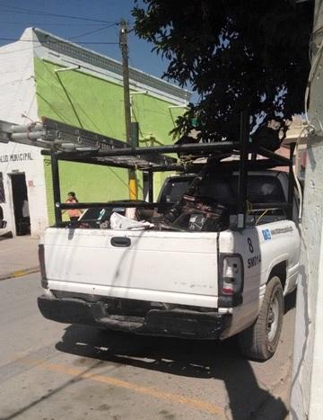 Vehículos oficiales no predican con el ejemplo, circulan sin placas ni permisos.