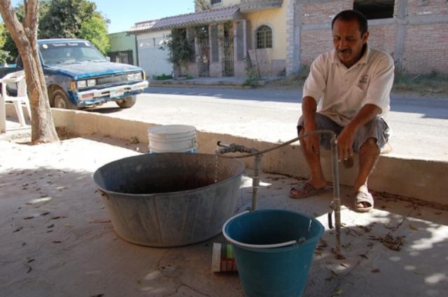 Para poder almacenar el líquido los colonos de la Mariano Matamoros se turnan en las llaves que sí tienen presión.