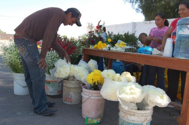 """Vendedores experimentan más """"regateos"""" de los clientes que en otros años debido al aumento de precios en las flores."""