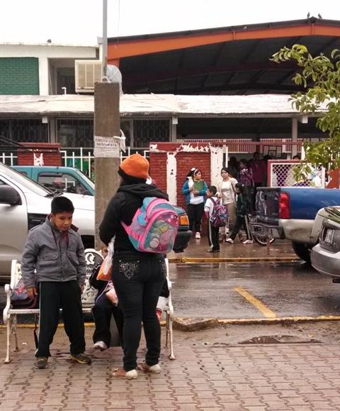 Pese a las condiciones del clima el ausentismo escolar es mínimo en el municipio, informan autoridades educativas.