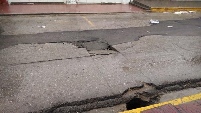 En la calle General Francisco Alatorre en pleno centro de la ciudad, se presento un hundimiento que denota la mala calidad de la obra realizada.