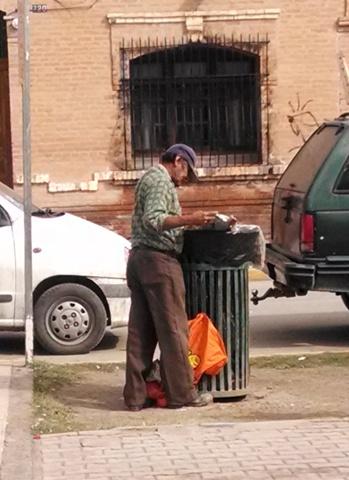 Don Armando Rojas de 57 años, se ha dedicado durante años a pepenar entre los botes de basura de la ciudad.