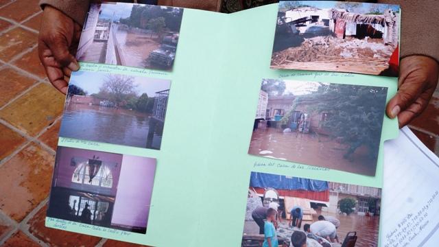 """Vecinos del sector conocido como la Selvita, mostraron fotos de la severa contingencia que vivieron en el pasado temporal de lluvias; pese a esto el Secretario del Ayuntamiento les dijo que """"no podía hacer nada""""."""