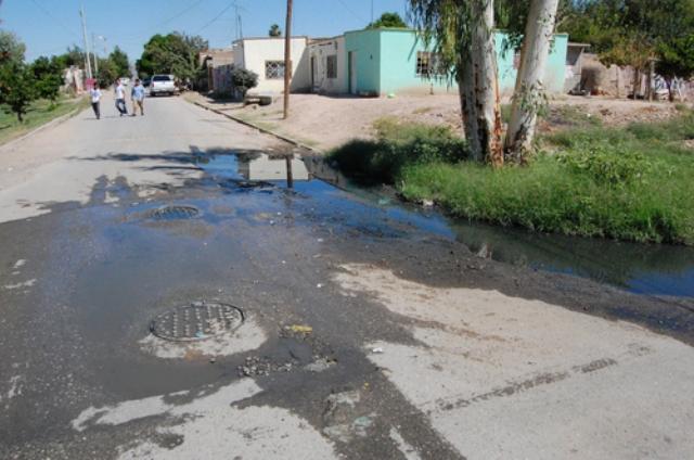 Vecinos de la colonia Vegas de Marrufo ya no soportan brote de aguas negras.