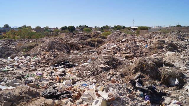 Los desechos domésticos y el escombro se encuentran a sólo unos metros de muchas de las viviendas.
