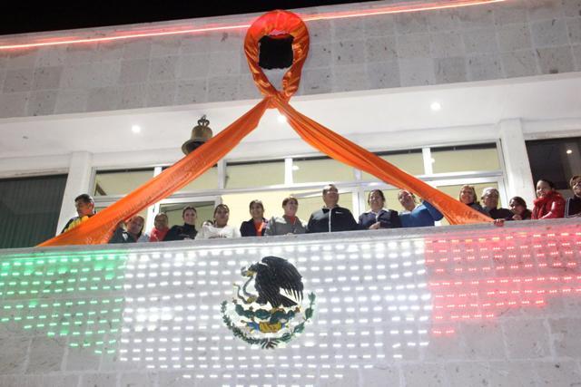 La noche de este lunes el Presidente Municipal acompañado de regidores y funcionario municipales encendieron las luces en color naranja por el Día Internacional contra la Violencia en la Mujer.