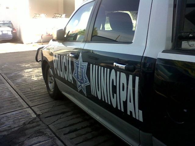 Agentes de la Policía Municipal detuvieron a un hombre quien amenazo e insulto a su pareja.
