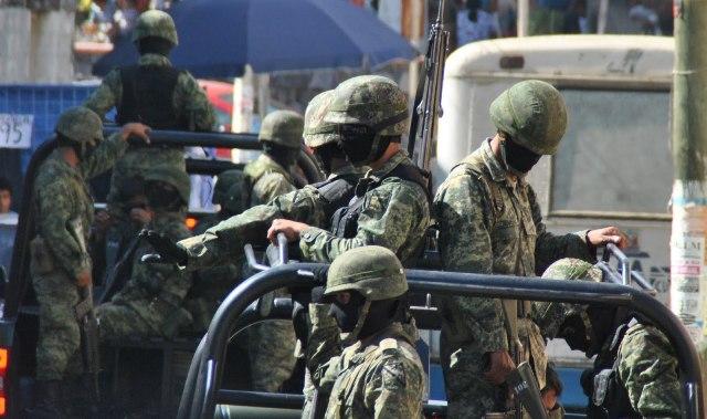 Elementos de la Sedena realizaron la detención de tres sujetos por posesión de droga.