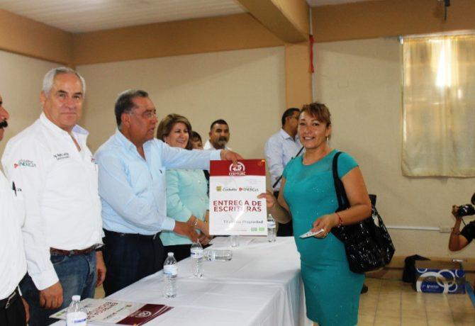 alcalde-y-coordinador-de-certturc-entregan-escrituras